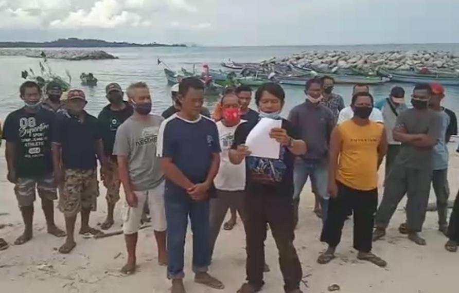 Gelar Aksi Demo Di Pantai Matras Masyarakat Nelayan Tolak Rencana Beroperasi KIP Timah Di Perairan Laut Matras